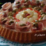 Torta salata con base morbida con speck e sott'oli