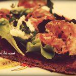 Pizza con soppressa, fiordilatte e misticanza – impasto alla canapa