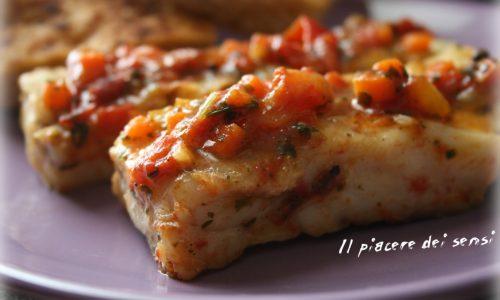 Filetto di merluzzo cotto in padella con pomodorini e spezie