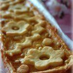 crostata alla crema con confettura di pesche e pinoli