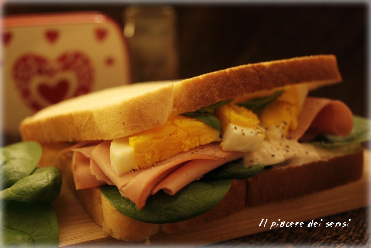 Sandwich con mortadella, uova