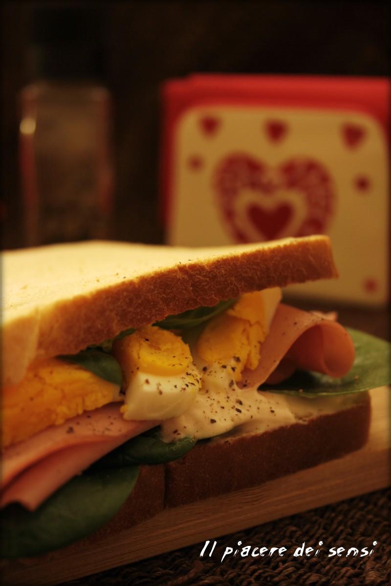 Sandwich con mortadella, uova, stracchino e valerianella