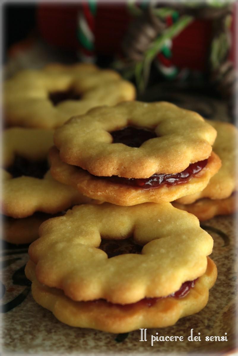 Biscotti di frolla con confettura ai frutti di bosco