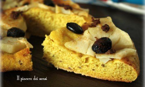 Focaccia alla curcuma con patate e olive nere