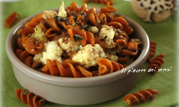 Pasta di mais alla curcuma e pepe nero con cavolfiore e pesto di olive