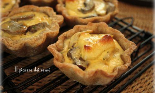 Tartellette con funghi, carciofi e formaggio