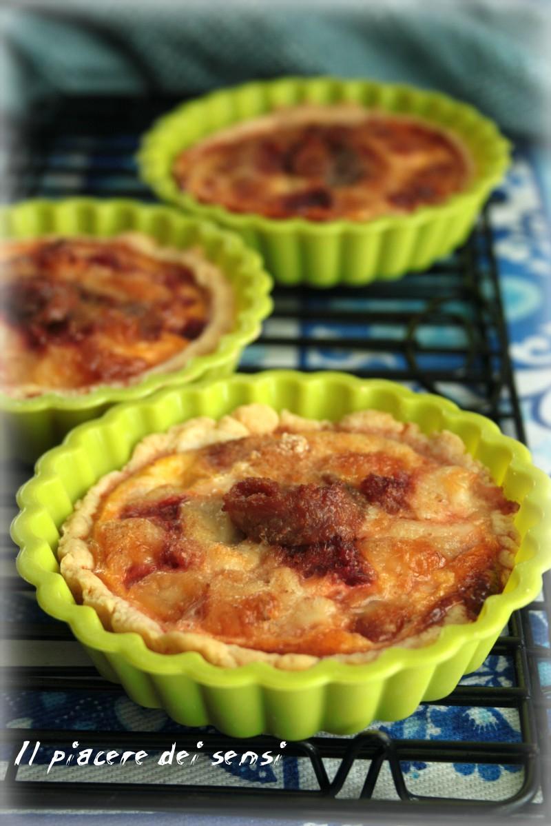 Tartellette con rape rosse, acciughe e mozzarella