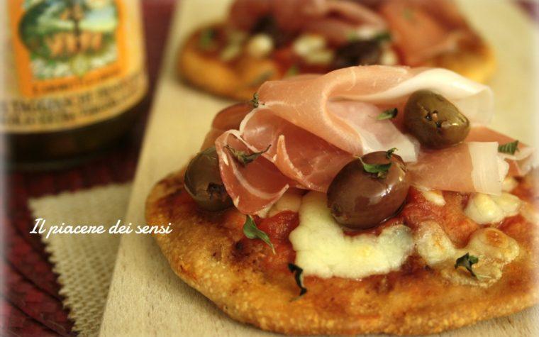 Pizzette con prosciutto crudo e olive taggiasche