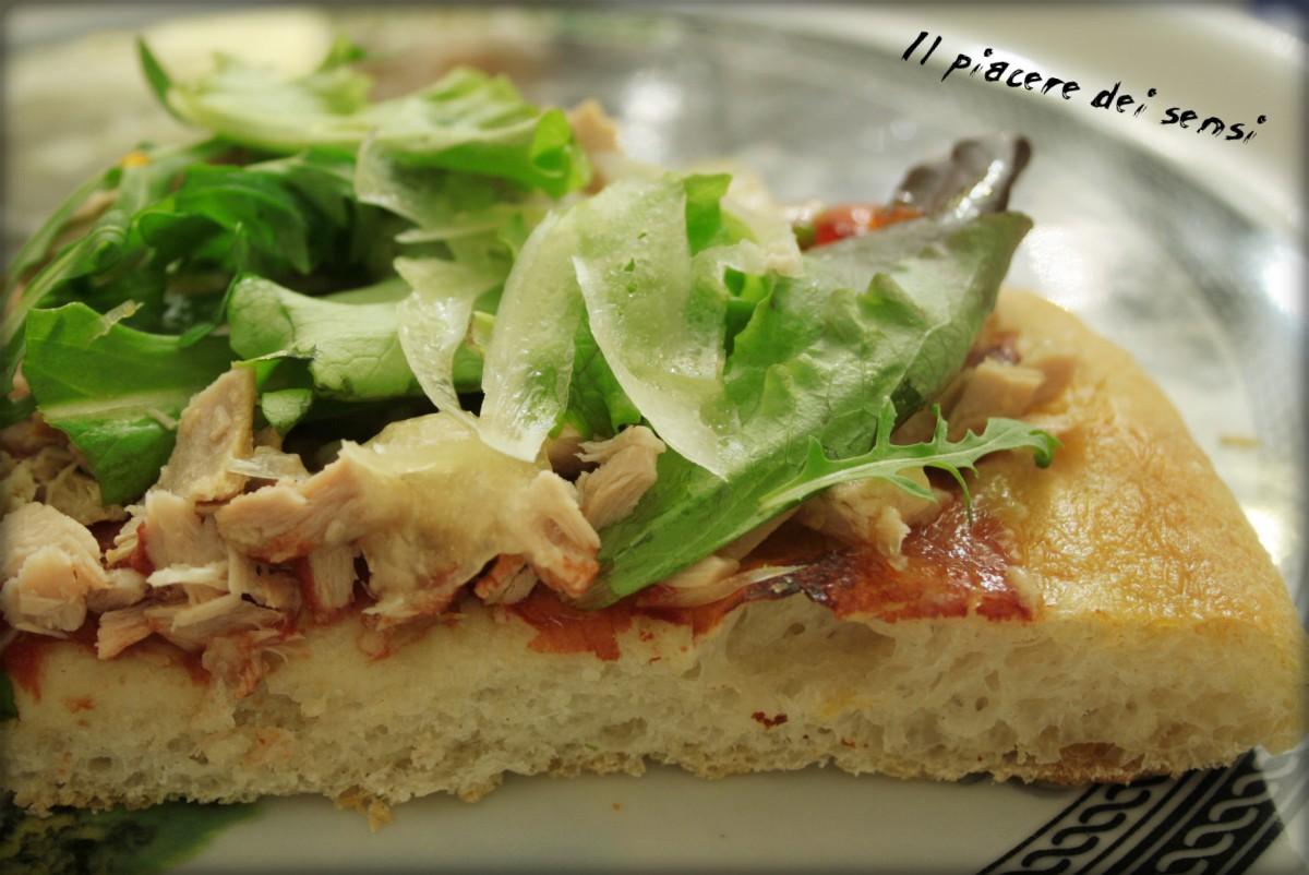 Pizza con tonno e misticanza