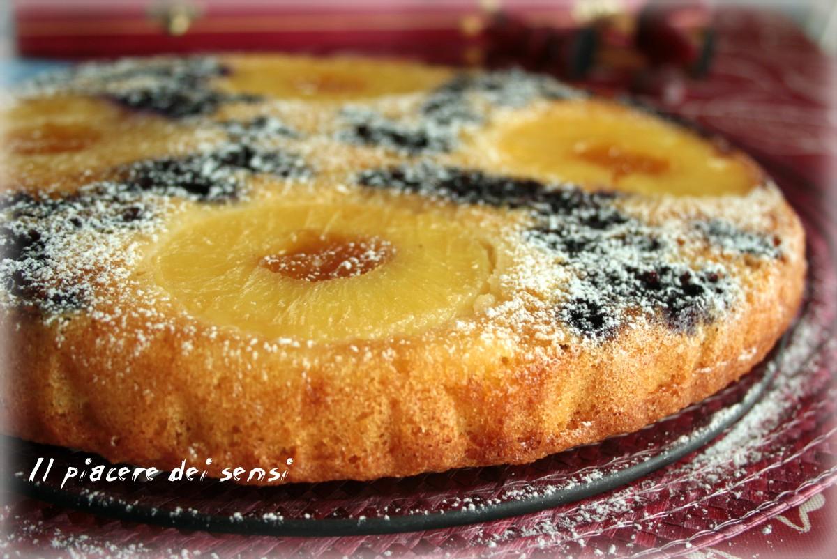 Torta rovesciata con ananas e mirtilli