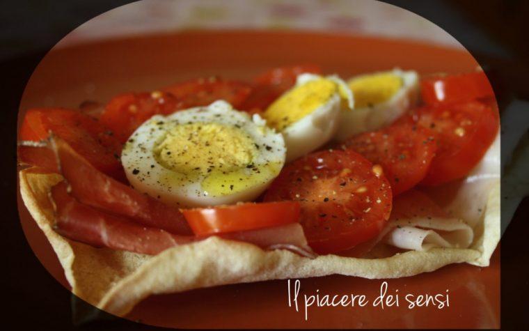 Pane carasau con speck, uova sode e pomodorini