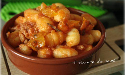 Gnocchi alla mediterranea con ragù, pomodoro e peperoni gialli
