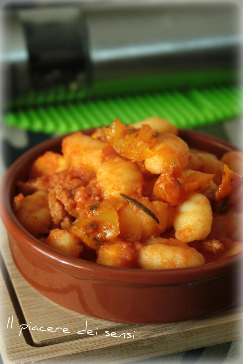 Gnocchi alla mediterranea, con ragù, pomodoro e peperoni gialli