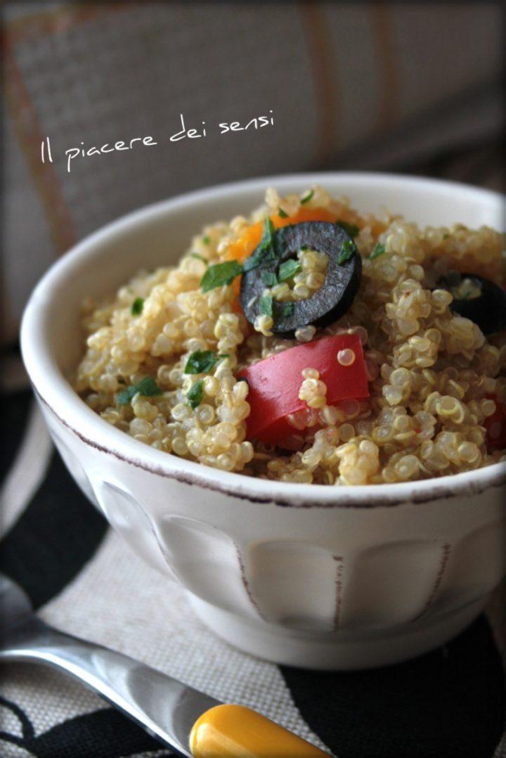 Quinoa con peperoni ed olive con condimenti agli agrumi