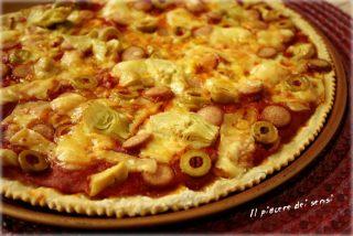 Finta pizza con wurstel, carciofini, olive