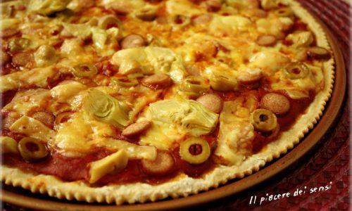 Finta pizza con wurstel, carciofini, olive e salsa di pomodoro piccante