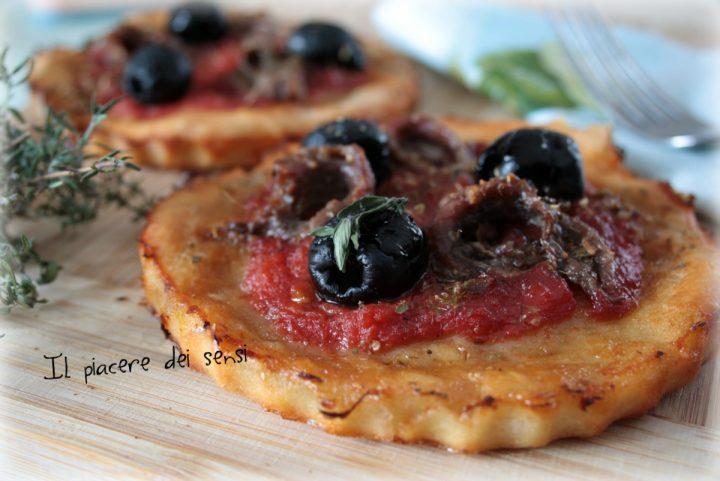 Pizzette con acciughe ed olive con base alle patate