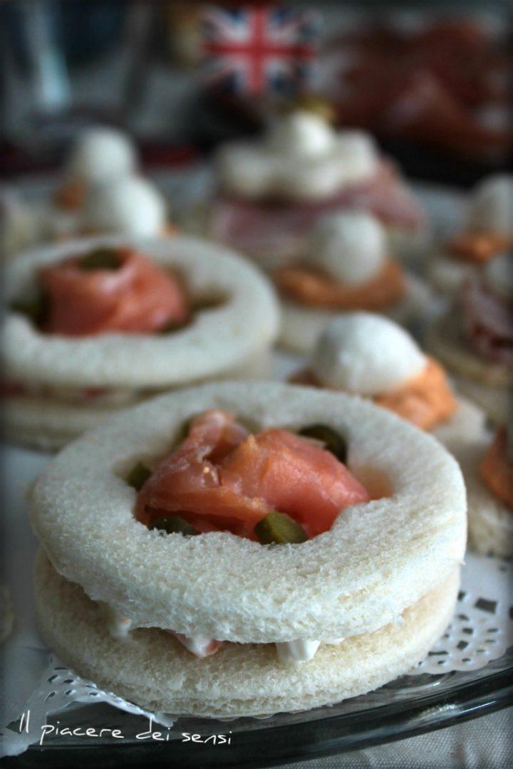 Tartine al salmone con insalata russa e cetriolini