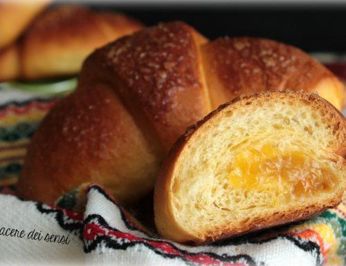 Croissant di pasta brioche con marmellata di arance e zenzero