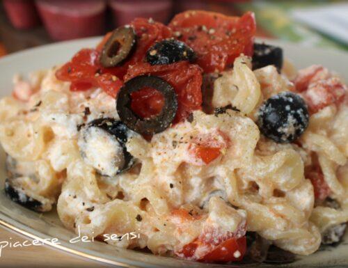 Pasta con ricotta pomodorini ed olive nere
