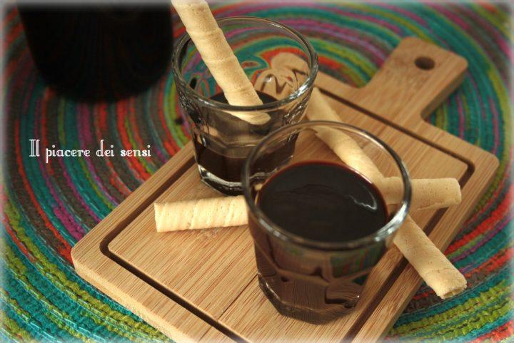 liquore al cioccolato denso e cremoso