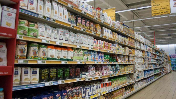 Quale farina scegliere - indecisione tra gli scaffali del supermercato