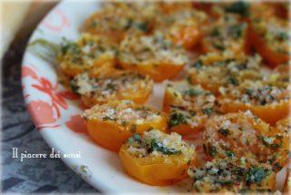 Pomodorini in padella con formaggio ed erbe aromatiche