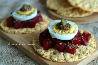 gallette al mais con rapa rossa e uova