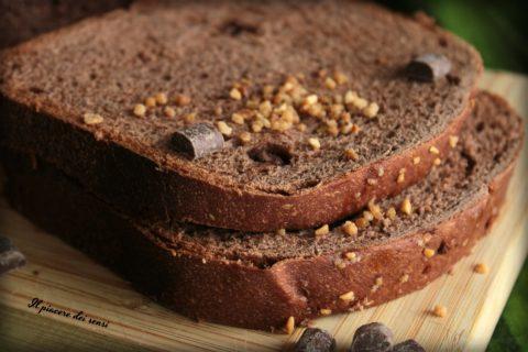 Pane al cacao e nocciole in cassetta