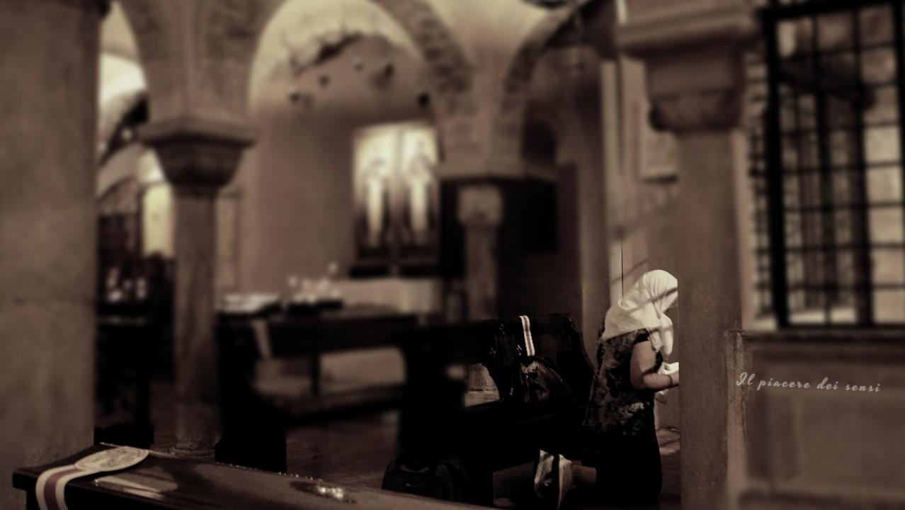 Bari in bici - Basilica San Nicola e donna in preghiera