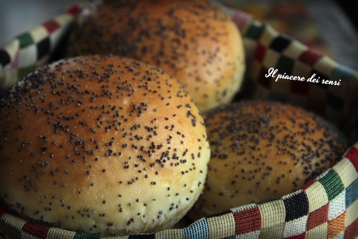 Panini per hamburger con la macchina del pane